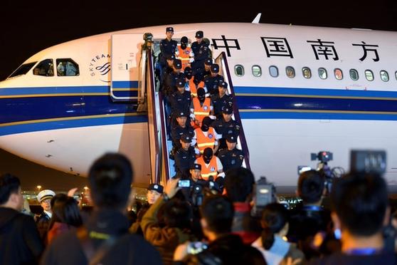 74名犯罪嫌疑人从柬埔寨押解回国