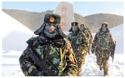 边防官兵冒着极寒气候巡逻中俄边境线
